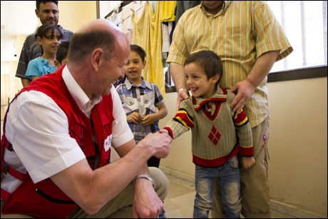 OVERLEVE OG LEVE: Røde Kors-president Sven Mollekleiv fikk noen sterke møter med flyktningbarna i shelteret i Damaskus. Foto: Mari A. Mørtvedt/Norges Røde Kors