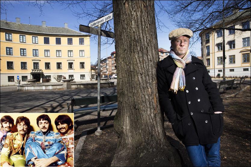 I «BEATLES»-LAND: Magne Furuholmen er på vei til Abbey Road studios i London for å lage filmmusikken til «Beatles». Her er han ved fontenen ved Arno Bergs Plass på Briskeby i Oslo, et viktig sted i romanen. Foto: Frode Hansen/Wenn.com