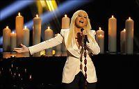 Hun synger for sjakkesset og kjendisene i kveld