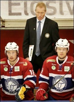 LANDSLAGSSJEF: Roy Johansen under kampen mot Finland. Foran: Fredrik Lystad Jacobsen og Mats Rosseli Olsen. Foto: Geir Olsen, NTB Scanpix