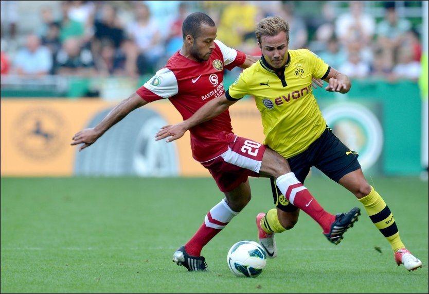 GUARDIOLA-BUSINESS: Den tyske storavisen Bild melder at Mario Götze (til høyre) går til Bayern München etter sesongen. Han blir isåfall Pep Guardiolas første signering som Bayern-trener. Foto: Afp