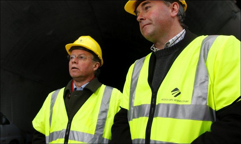 MANGE HATTER: Øyvind Halleraker (til venstre) liker både å ha på seg gul veihatt og stortingshatten, men det er ikke alltid like enkelt å ha på flere hatter samtidig. Foto: Nicolai Prebensen