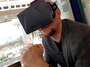 I SIN EGEN VERDEN: VG-journalist Rune Fjeld Olsen prøver VR-headsettet Oculus Rift for første gang. Foto: KARL-MARTIN HOGSNES