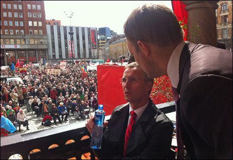 PEPTALK: Jens Stoltenberg i samtale med rådgiver Sindre Beyer før han gikk på talerstolen på Youngstorget. Foto: Eva-Therese Grøttum