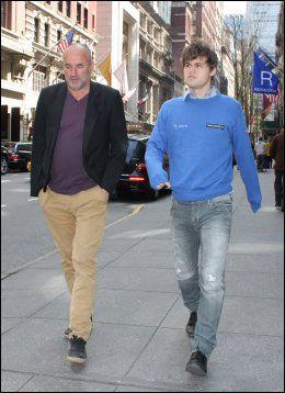 SAMARBEIDER: Espen Agdestein (t.v.) er Magnus Carlsens manager. Her er duoen i New York tidligere i år. Foto: Eirik Borud