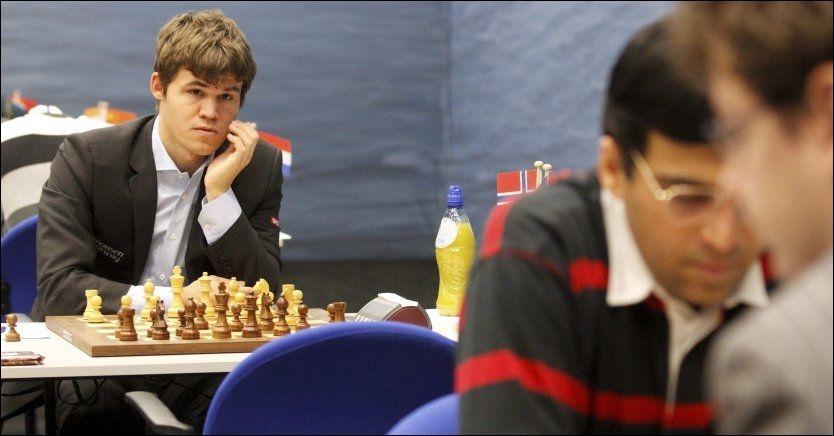 VM-MOTSTANDERE: Magnus Carlsen skal etter planen møte Viswanathan Anand (nærmest) til tittelkamp i november. Dette bildet er fra Wijk aan Zee-turneringen tidligere i år.