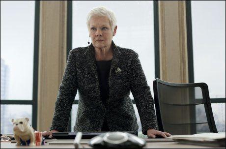 BONDS SJEF: Judi Denchs rollefigur M har tidligere vært svært lite lysten på at navnet hennes skulle komme ut, men nå har hun måttet gi tapt. Foto: WENN.COM