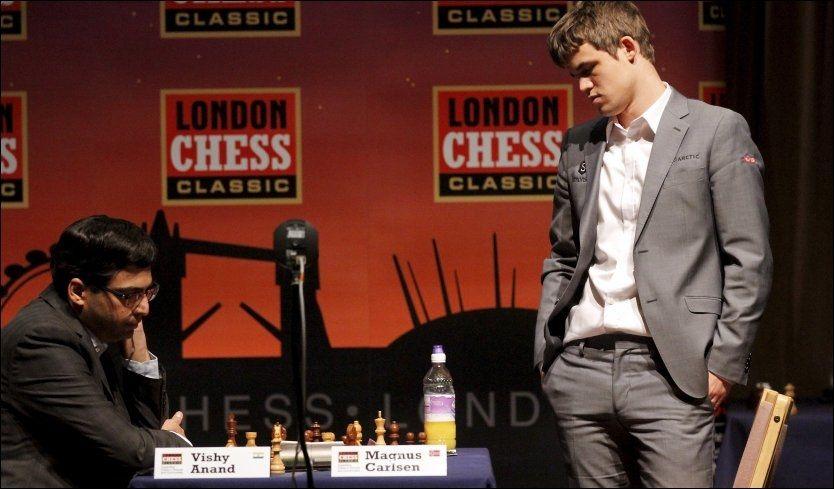RIVALER: Vishy Anand og Magnus Carlsen skal spille VM-kamp i november. Her er de fotografert da de spilte mot hverandre i London i desember. Foto: Ole Kristian Strøm, VG