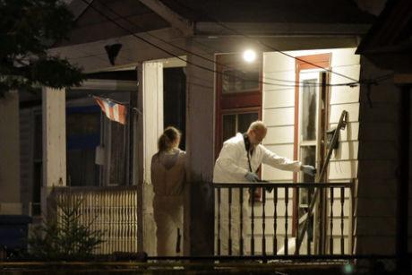 FINKAM: Etterforskere og krimteknikere jobbet natt frem til torsdag intenst i huset der de tre kvinnene ble funnet. Mer enn 200 gjenstander er hentet ut for videre analyse. Blant dem er kjettinger som skal ha blitt brukt til å lenke kvinnene i kjelleren. Foto: AP Photo/Mark Duncan