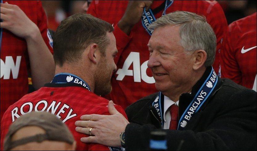 VIL VEKK: Her hilser Wayne Rooney og Sir Alex Ferguson på hverandre under medaljeseremonien på Old Trafford søndag. FOTO: Reuters