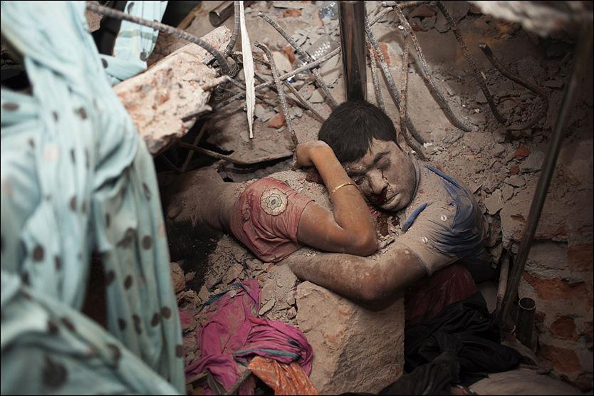 DEN SISTE OMFAVNELSEN: Taslima Akhters bilde av to omkomne etter bygningskollapsen i Bangladesh har rørt en hel verden. Fotografen og aktivisten håper bildet vil føre til økt oppmerksomhet rundt de elendige og risikable forholdene til landets arbeidere. Foto: Taslima Akhter