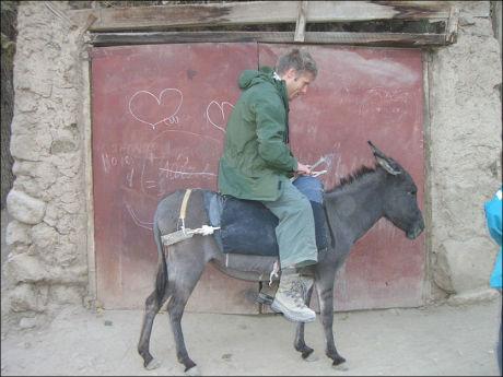 UT PÅ TUR, ALDRI SUR: Gunnar Garfors og broren Øystein har besøkt alle de syv stan`ene. Her er Garfors avbildet i Uzbekistan. Foto: Privat