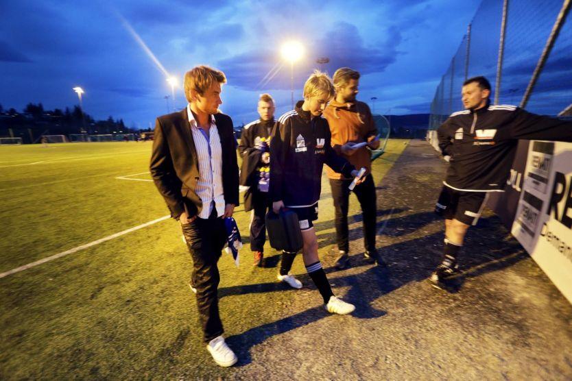 PÅ FOTBALLKAMP: En knesoperert Petter Northug (t.v.) var i går kveld tilskuer da fotballaget hans Mosvik IL tapte 1-2 for Strindheim TF 3 i en 6. divisjonskamp i Trondheim i går. Her går sammen med broren Even og RBK-legenden Roar Strand (t.h.) etter kampen. Foto: Øyvind Nordahl Næss/VG