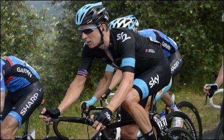 UTE OG SYKLER: Bradley Wiggins, her fra en tidligere etappe under Giroen, trekker seg. Foto: Fabio Ferrari, AP