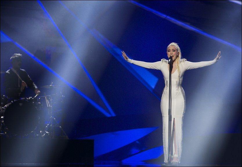 PÅ SCENNE: Margaret Berger gav alt på scenen lørdag kveld under Eurovision-finalen. Foto: MATTIS SANDBLAD