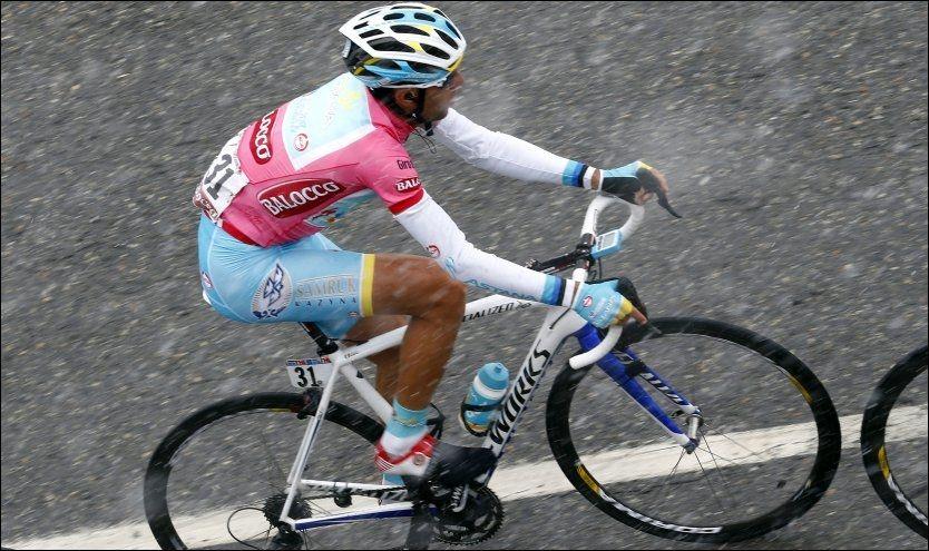 KRAFTIG SNØVÆR: Vincenzo Nibali og resten av feltet fikk tøffe værforhold å beherske søndag. Foto: Reuters