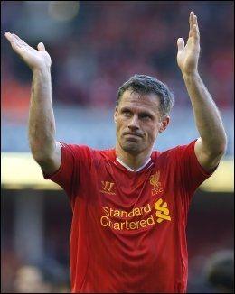GIR SEG: Jamie Carragher takket fansen da han gikk av Anfield for siste gang som spiller søndag kveld. Foto: PHIL NOBLE, Reuters