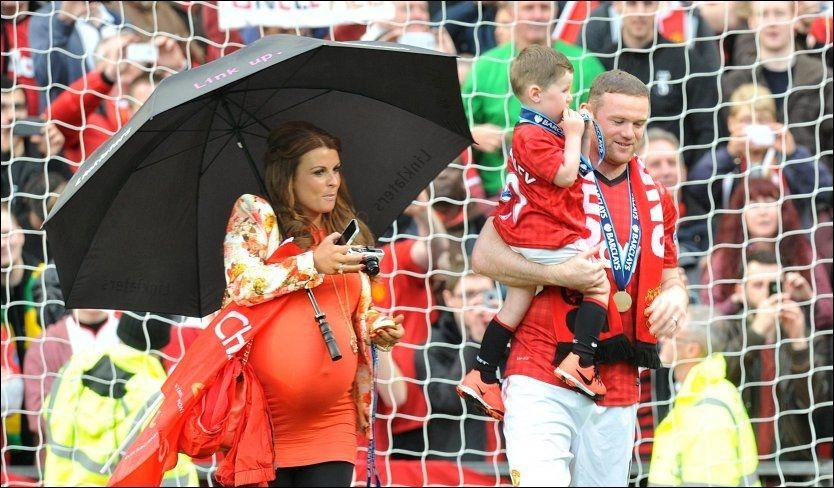 ETTER SISTE HJEMMEKAMP: Wayne og Coleen Rooney sammen med deres eldste sønn Kai Wayne på Old Trafford 12. mai. Foto: Martin Rickett, Pa Photos