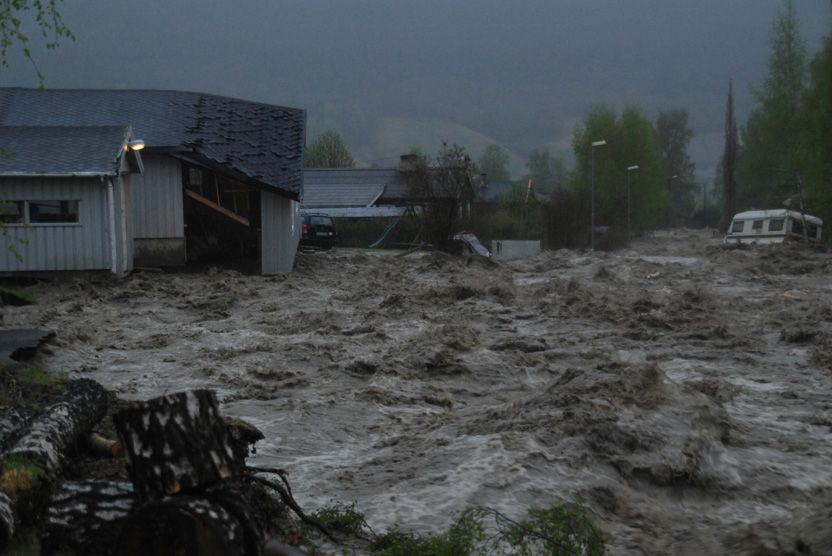 FLOM: Ødeleggelsene i Kvam er enorme etter Stoåa og Vesleå gikk over sine bredder. Over 150 mennesker er evakuert. FOTO: STIG HAUGEN