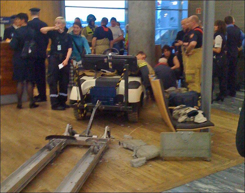 KRAFTIG SAMMENSTØT: Bilen braste rett inn i sittegruppen. Foto: Leif Olav Jensen