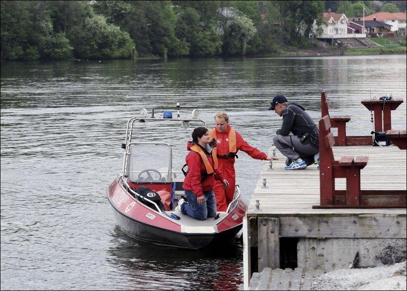 SØK I ELVEN: Politiet og Røde Kors søkte i går etter liket i elven sør for Menstadbrua. I går kveld ble søkene innstilt, men de gjenopptas i dag. Foto: INGE FJELDDALEN/TA/NTB SCANPIX Foto: