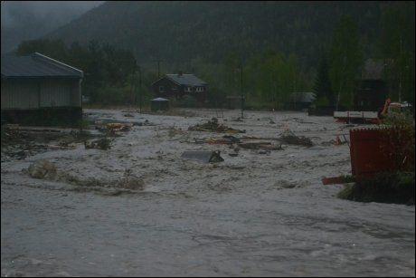 STORE VANNMASSER: Kommunen frykter reprise av flommen som herjet Kvam i 2011. Dette bildet ble tatt i går kveld. Foto: Henning Kamp