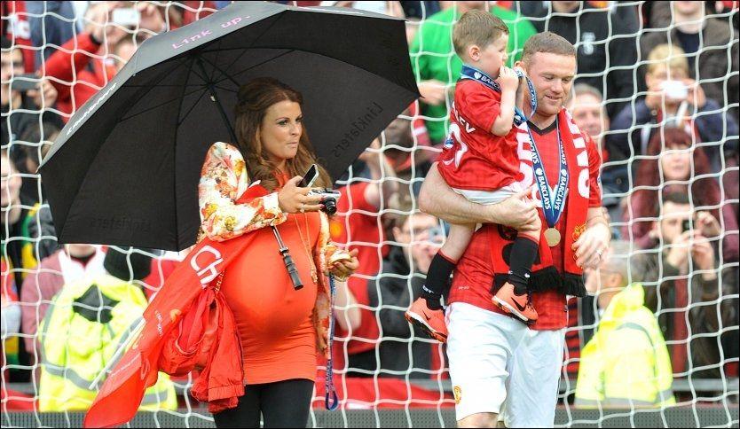 PÅ FLYTTEFOT? Den franske sportsavisen L'Equipe melder at Wayne Rooney skal være meget interessert i å ta med seg kona Coleen og parets to sønner til Paris etter sesongen. Foto: Martin Rickett/PA Photos