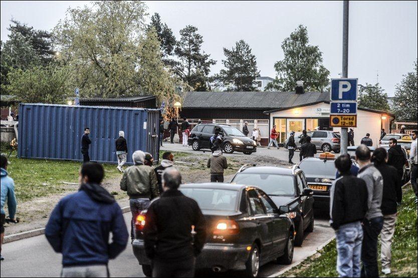 BRÅK: Foreldre og andre voksne i Stokholms-forstaden Husby tar grep for å forsøke å få en slutt på uroen. Foto: Fredrik Sandberg / NTB scanpix