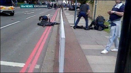 SKUTT OG PÅGREPET: Her ligger de to antatte gjerningsmennene på bakken etter at politiet kom til stedet. Foto: Reuters