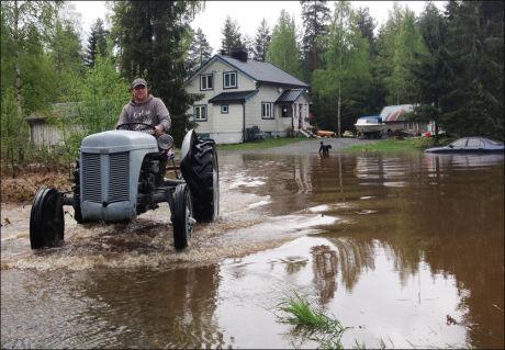 FLOMRAMMET: Frode Broløkkens hus var omringet av vann da han våknet i dag tidlig. Foto: TOR-ERLING THØMT RUUD