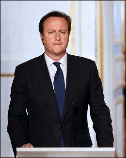 I FRANKRIKE: Statsminister David Cameron møtte pressen onsdag kveld. Foto: AFP