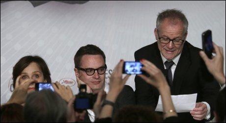 BREV FRA GOSLING: Festivalsjef Thierry Fremaux leste opp beskjeden fra Gosling på pressekonferansen. I midten regissør Nicolas Winding Refn, og til venstre Kristen Scott Thomas, som spiller Goslings mor. Foto: AP