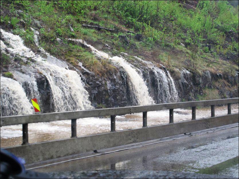 STORE VANNMENGDER: E6 ved Stange kommune i Hedmark var onsdag stengt i flere timer som følge av flommen. Også flere andre fylker er rammet av vannmengdene. Foto: GORM KALLESTAD/NTB SCANPIX