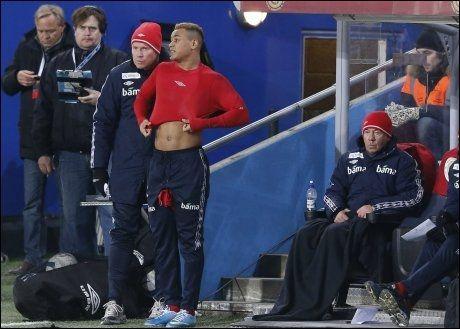 PLEDDKLEDD: Ola By Rise gir instrukser til Joshua King under VM-kvalifiseringskampen mellom Norge og Albania. Egil Olsen sitter under et pledd på benken. Foto: Erlend Aas, NTB Scanpix