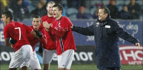 JUBELGUTTER: Her jubler Håvard Nordtveit og Per Joar Hansen med flere for EM-plassen for U-21-lag etter seieren mot Frankrike i Drammen. Foto: NTB Scanpix