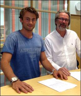 SIGNERTE SAMMEN: Petter Northug og administrerende direktør i Coop Norge Handel, Svein Fanebust, signerte avtalen i natt. Foto: Coop