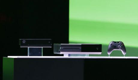NY TRIO: Den nye Xbox One-konsollen til Microsoft krever at Kinect alltid er tilkoblet og slått på. Foto: AP