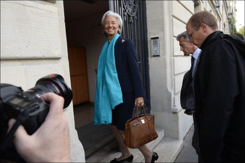 SMILTE: IMF-sjefen Christine Lagarde på vei inn til retten for å forklare seg torsdag. Foto: Reuters / NTB scanpix