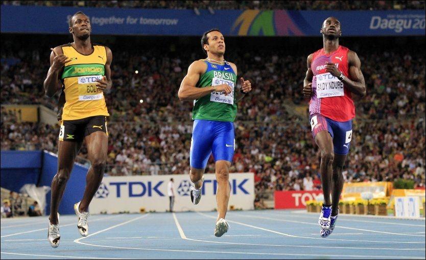 FÅR BRYNE SEG PÅ VERDENS RASKESTE: Jaysuma Saidy Ndure (t.h.) stiller til start på 200 meter på Bislett mot blant annet Usain Bolt. Her er de under semifinalen på nettopp 200 meter under VM i Daegu. Foto: Cornelius Poppe/NTB scanpix