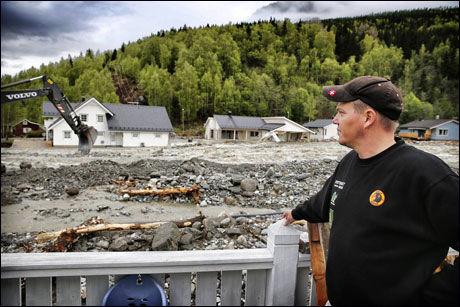 TRIST UTSIKT: Bjørn Berge og naboene er hardt rammet av flommen. Foto: Mattis Sandblad