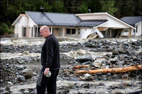 FORTVILET: Trond Teigen utenfor sitt nybygde hus. Foto: Mattis Sandblad
