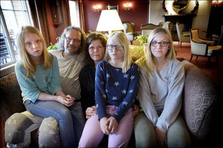FAMILIEN: F.v. Nikoline Stensrud (10), Kai Terje Kjørli, Kari Mette Rognås, Nikoline Stensrud (9), Ida Oline Stensrud (13). De er torsdag samlet på mottakshotellet i Fagernes etter det dramatiske raset i går kveld. - Englevakt at vi overlevde, sier de.