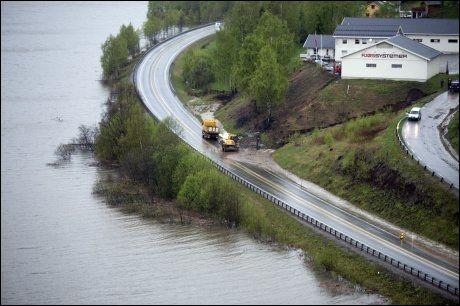 FLOM VED FÅVANG: Bekkene har laget seg nye veier nedover lia onsdag, og stengt E6. FOTO: ESPEN BRAATA/VG