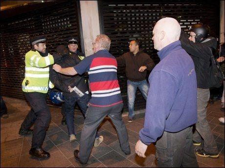 ANGREP POLITIET: Det måtte opprørspoliti til for å stoppe demonstrantene i Wollwich, London. Foto: Afp