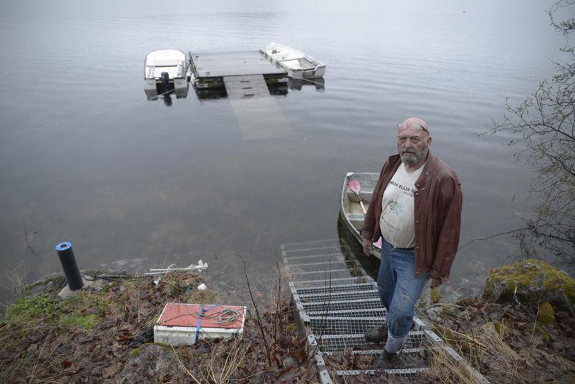 FRYKTER FLOM: - Vi har holdt på i flere timer i dag for å fjerne eiendeler, platting og båter som ligger i vannkanten, sier Kjell Otto Ødegård, som har hus i vannkanten av Sperillen. FOTO: ROBERT S. EIK/VG