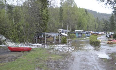 ELV: Sent onsdag kveld rant det en fem meter bred elv gjennom deler av Sperillen camping. FOTO: ROBERT S. ERIK