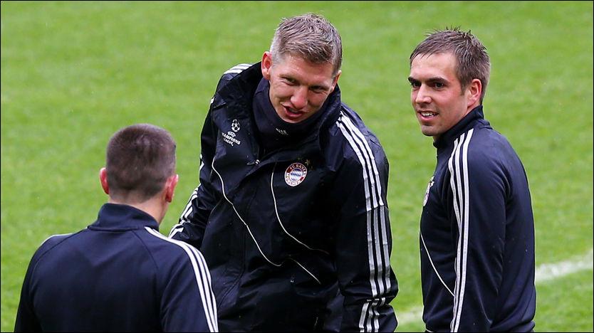 KLARE: Philipp Lahm (t.h.) snakker med Bastian Schweinsteiger og ser mot Franck Ribéry under fredagens trening i London. Foto: Getty Images