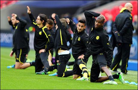 ØVELSER: Felipe Santana (t.h.) strekker seg ved siden av Ilkay Gündogan under Dortmund-trening. Foto: Getty Images