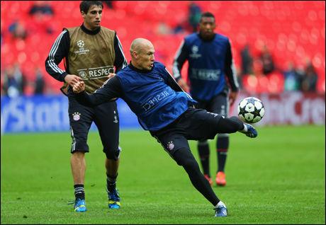 PÅ VOLLEY: Arjen Robben sender i vei et skudd på Bayern-trening fredag. Foto: Getty Images