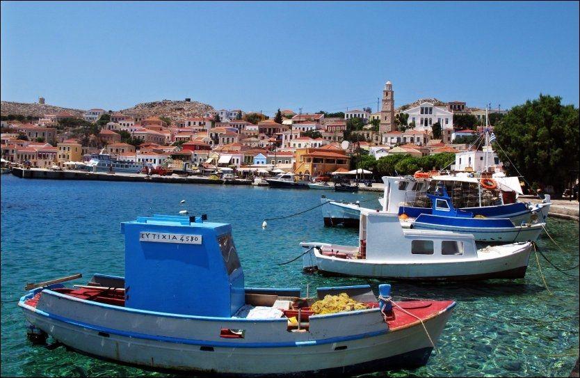 FISKERLANDSBYEN: På Chalki bor alle i landsbyen ved havnen. På charterferien bor også vi i et koselig hus her, midt i det greske nabolaget. Foto: MONA LANGSET
